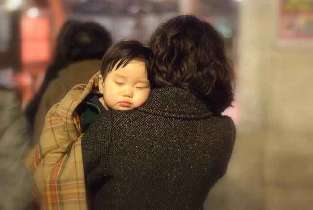 Confortablement lové dans les bras de sa maman by Jérôme Decq via Flickr
