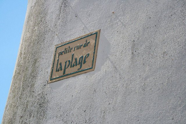 Petite rue de la plage by Julien via Flickr