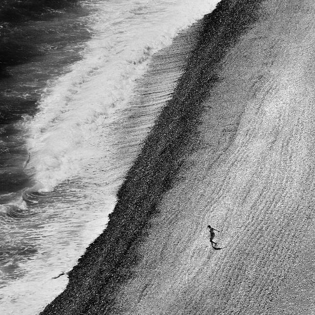 vague et femme qui court by Rémy Saglier via Flickr