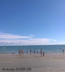 Petit tour par la plage pour tremper le bout des pieds tous ensemble !